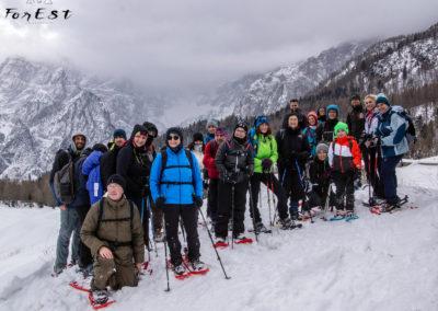 Gruppo di escursionisti con le ciaspole Jof Fuart Alpi Giulie Friuli