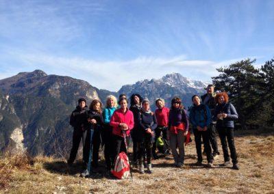 Escursionisti con il Monte Cimone sullo sfondo