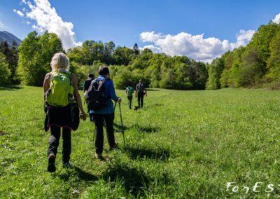 escursionisti in cammino lungo i prati della rupe di cesclans in carnia