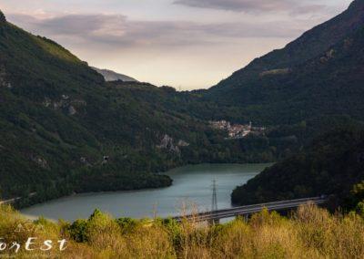 Lago di Cavazzo il lago naturale più grande del Friuli Venezia Giulia ritratto dalla pieve di Cesclans in direzione di Interneppo