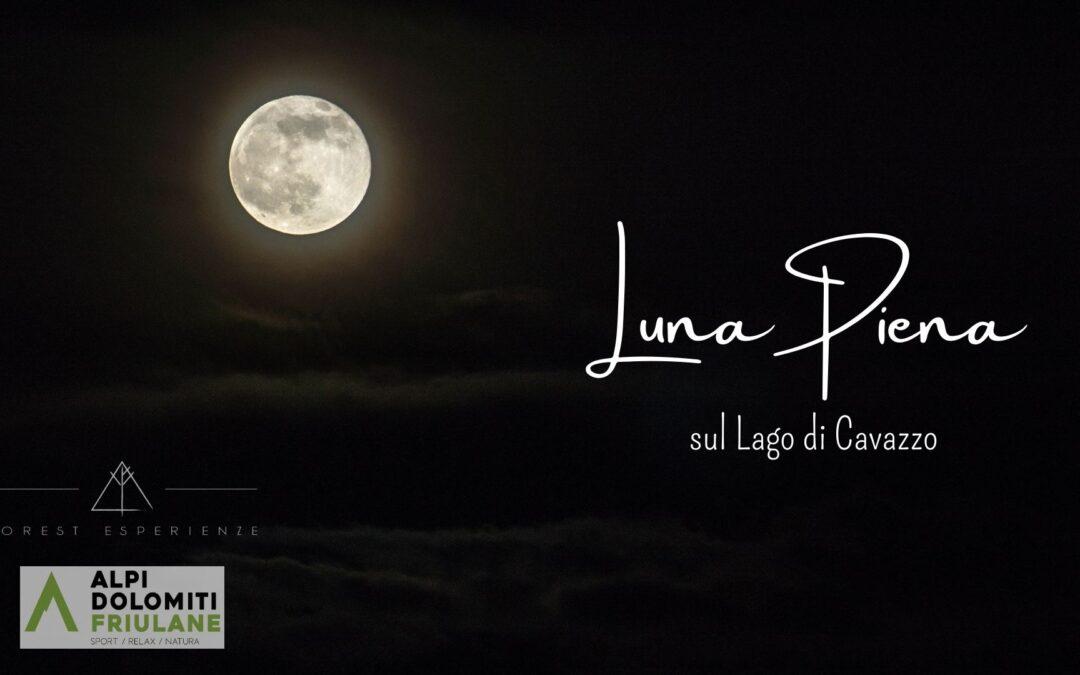 Luna piena sul Lago di Cavazzo tra boschi e stavoli